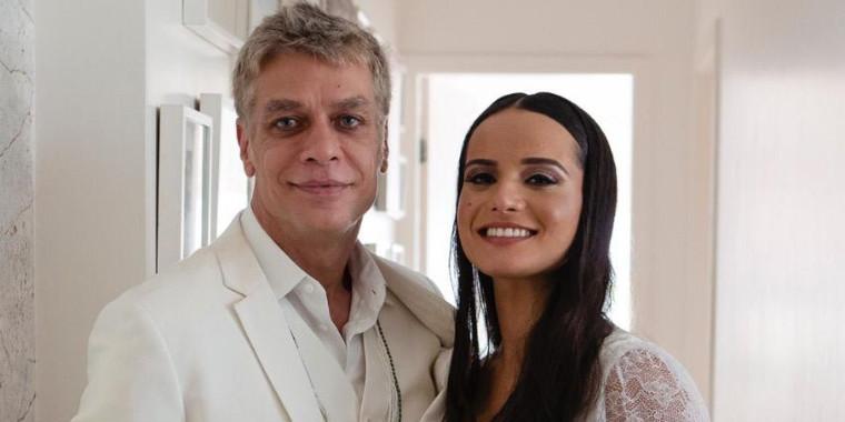 Fabio Assunção e a mulher deixam a maternidade com a filha, Alana
