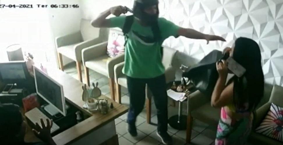 Médica reagiu ao assalto, mas teve seu cordão de ouro roubado - Foto: Reprodução