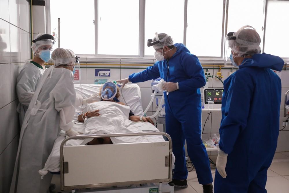 Paciente respirando com aparelhos em leito de UTI no Piauí - Foto: Divulgação