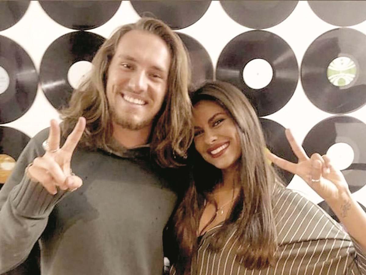 Vitor Kley recebe homenagem da namorada portuguesa durante programa de TV