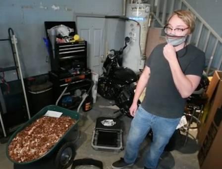 Mecânico mostra salário recebido em moedas sujas de graxa. Crédito: Reprodução-Fox