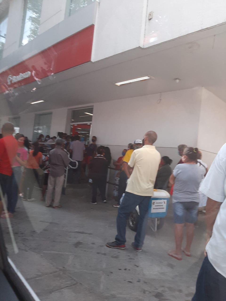Fila em banco causa aglomeração no centro de Teresina