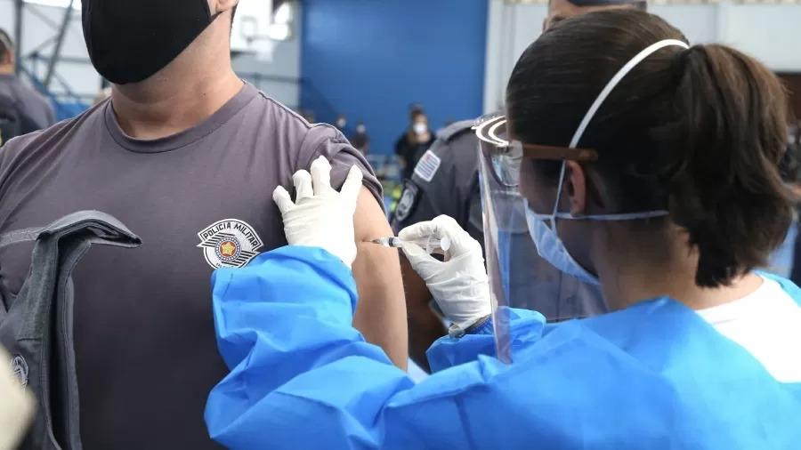 Policial de SP é vacinado na Academia de PM do Barro Branco - Imagem: Divulgação/Governo de SP