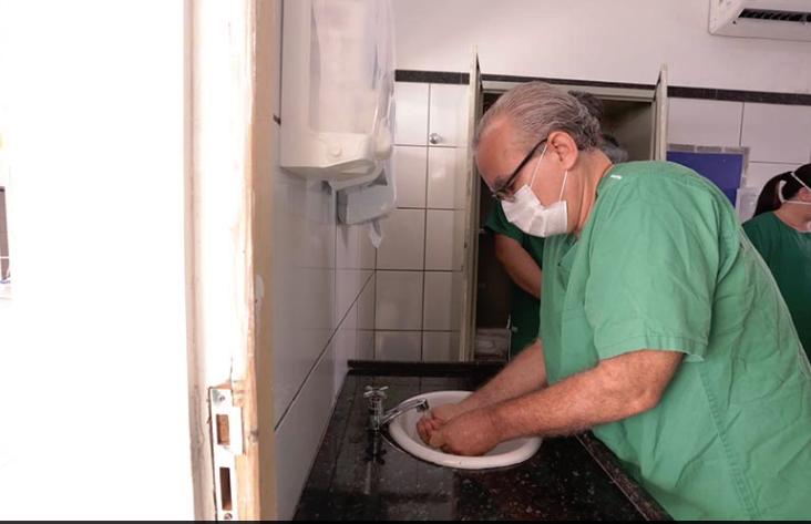 Ex-prefeito Firmino Filho higieniza mãos ao visitar hospital