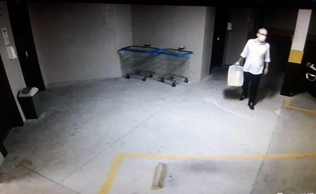 Imagens registram ex-prefeito descendo do carro no estacionamento do prédio e seguindo para elevador