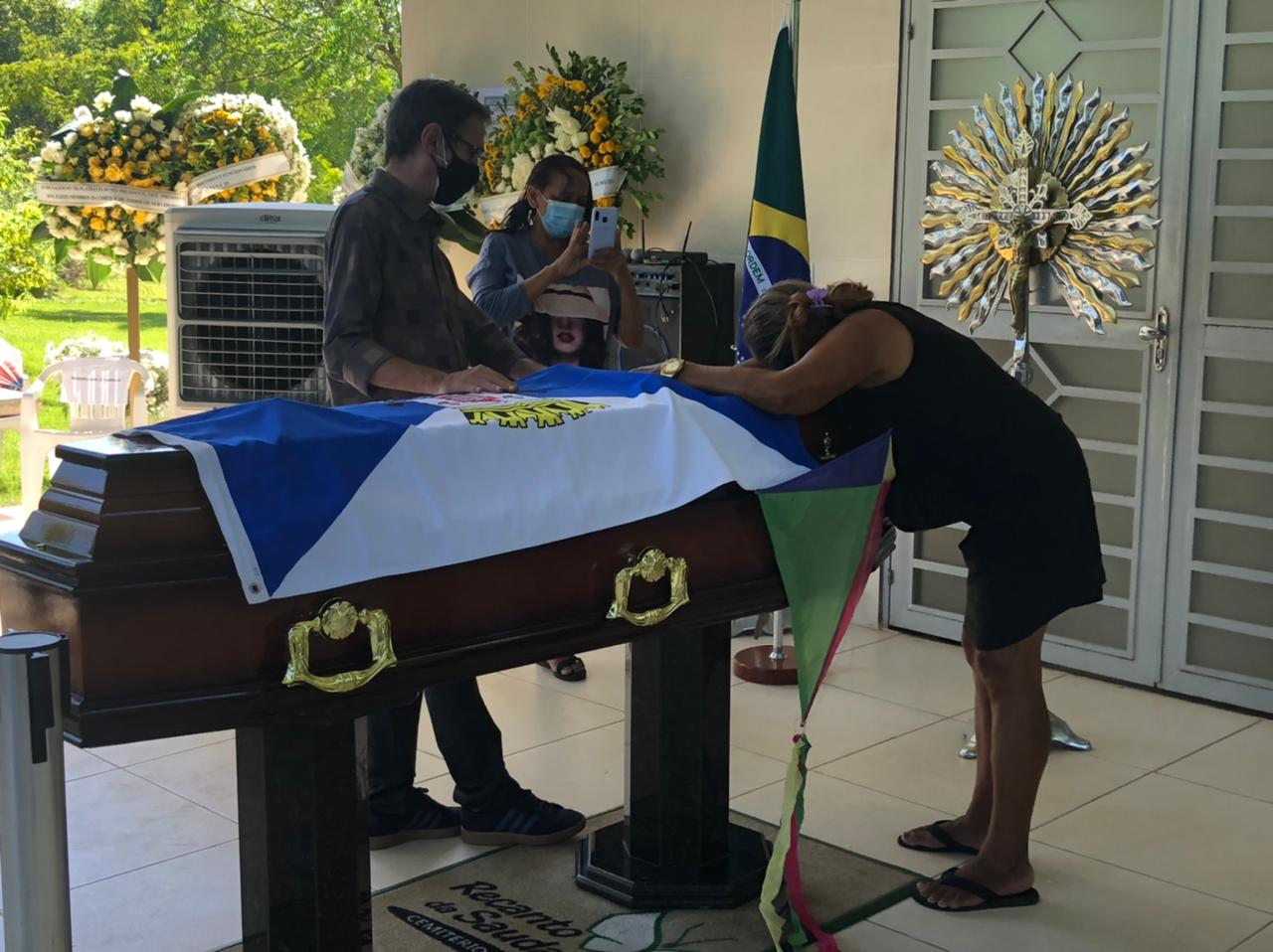 Pipa é colada ao lado de caixão de Firmino em homenagem ao gestor (Foto: Lucrécio Arrais)