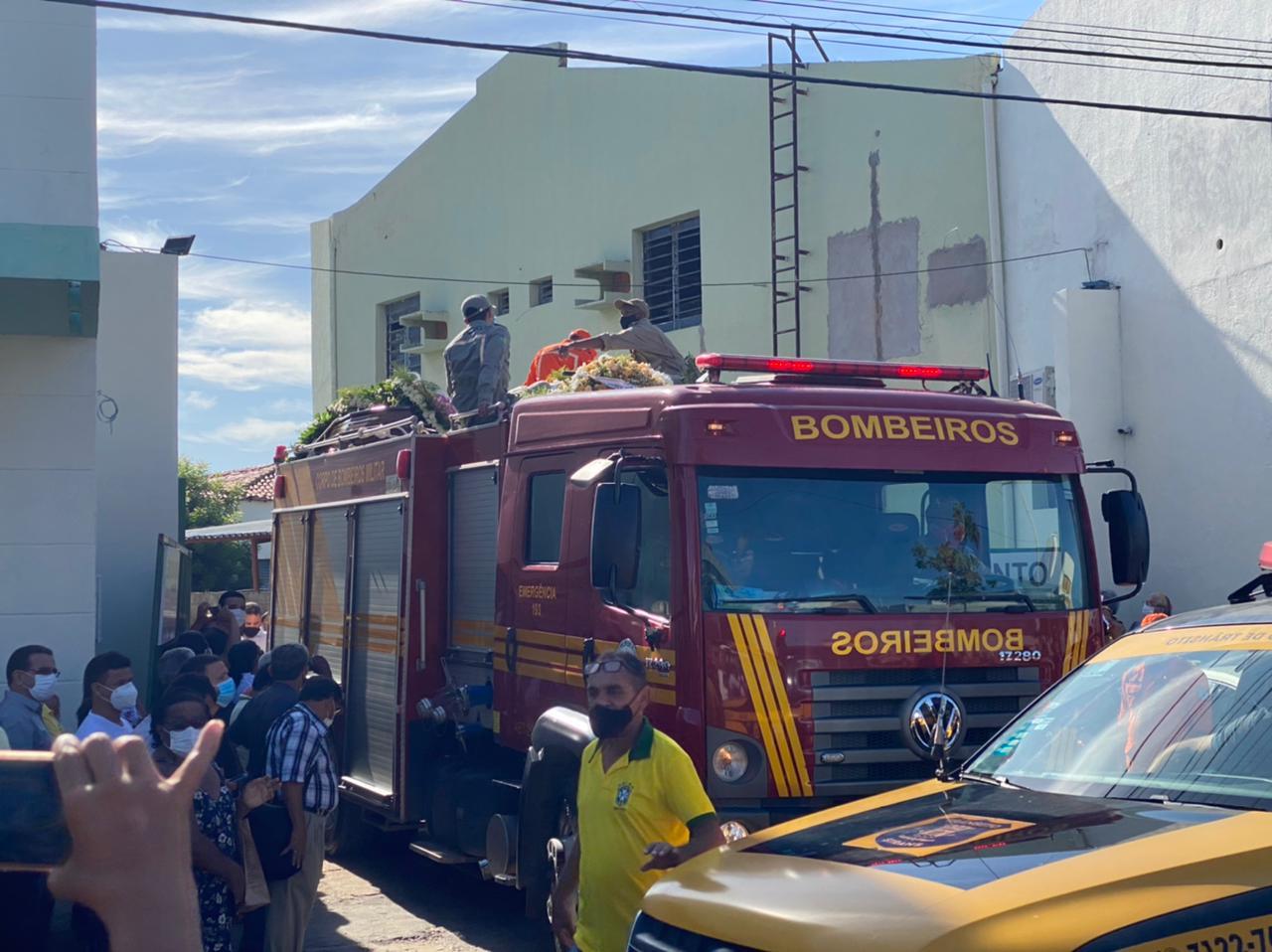Corpo do ex-prefeito Firmino Filho saí em cortejo pelas ruas de Teresina - Foto: Raíssa Morais