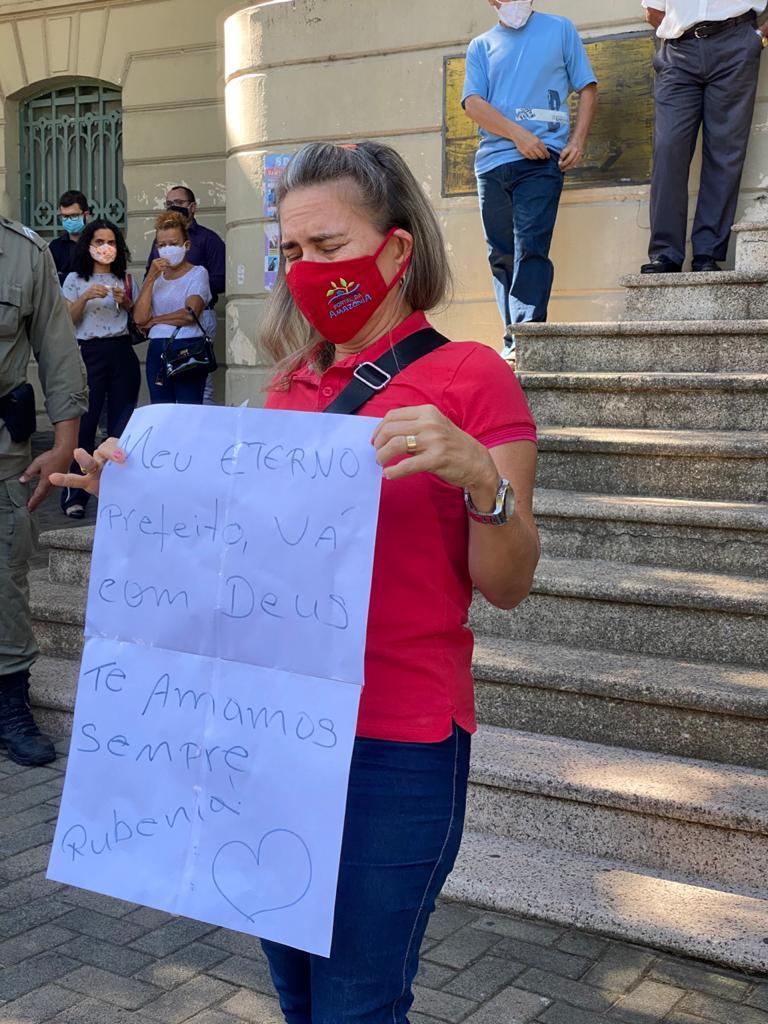 Admiradores de Firmino Filho preparam cartazes em última homenagem na Prefeitura de Teresina - Foto: Raíssa Morais