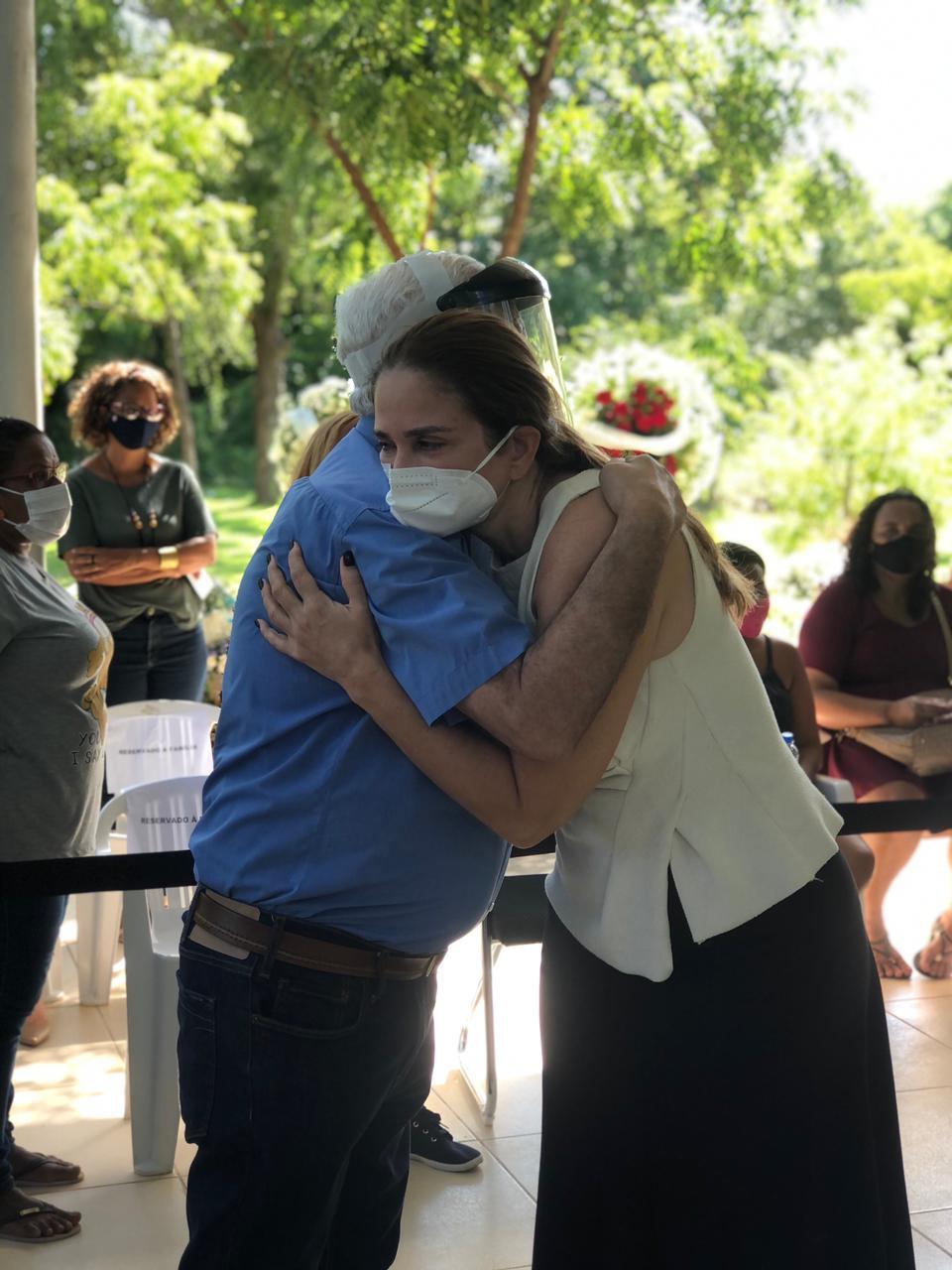 Lucy Soares é abraçada por Themístocles Filho em velório de Firmino (Foto: Lucrécio Arrais)
