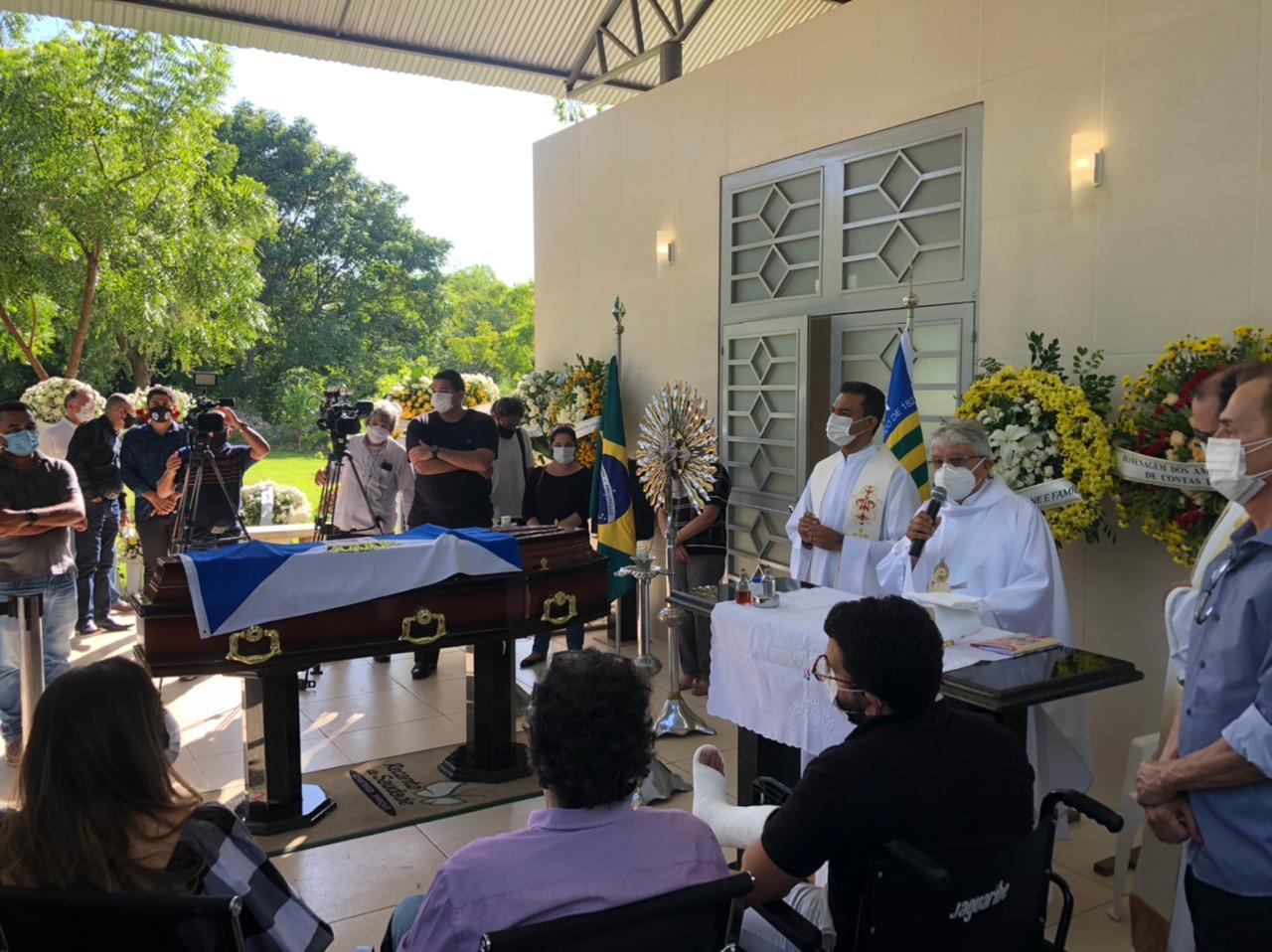 Padre Tony Batista inicia segunda missa em homenagem à Firmino Filho (Foto: Lucrécio Arrais)