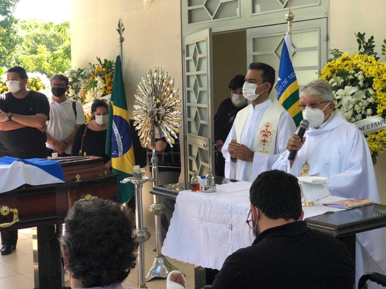 Padre Tony Batista durante o velório de Firmino Filho (Foto> Lucrécio Arrais)