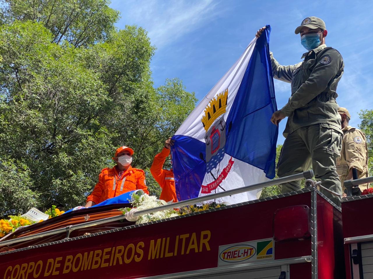 Corpo de Firmino Filho segue em cortejo em carro do Corpo de Bombeiros em Teresina (Foto: Raíssa Morais)