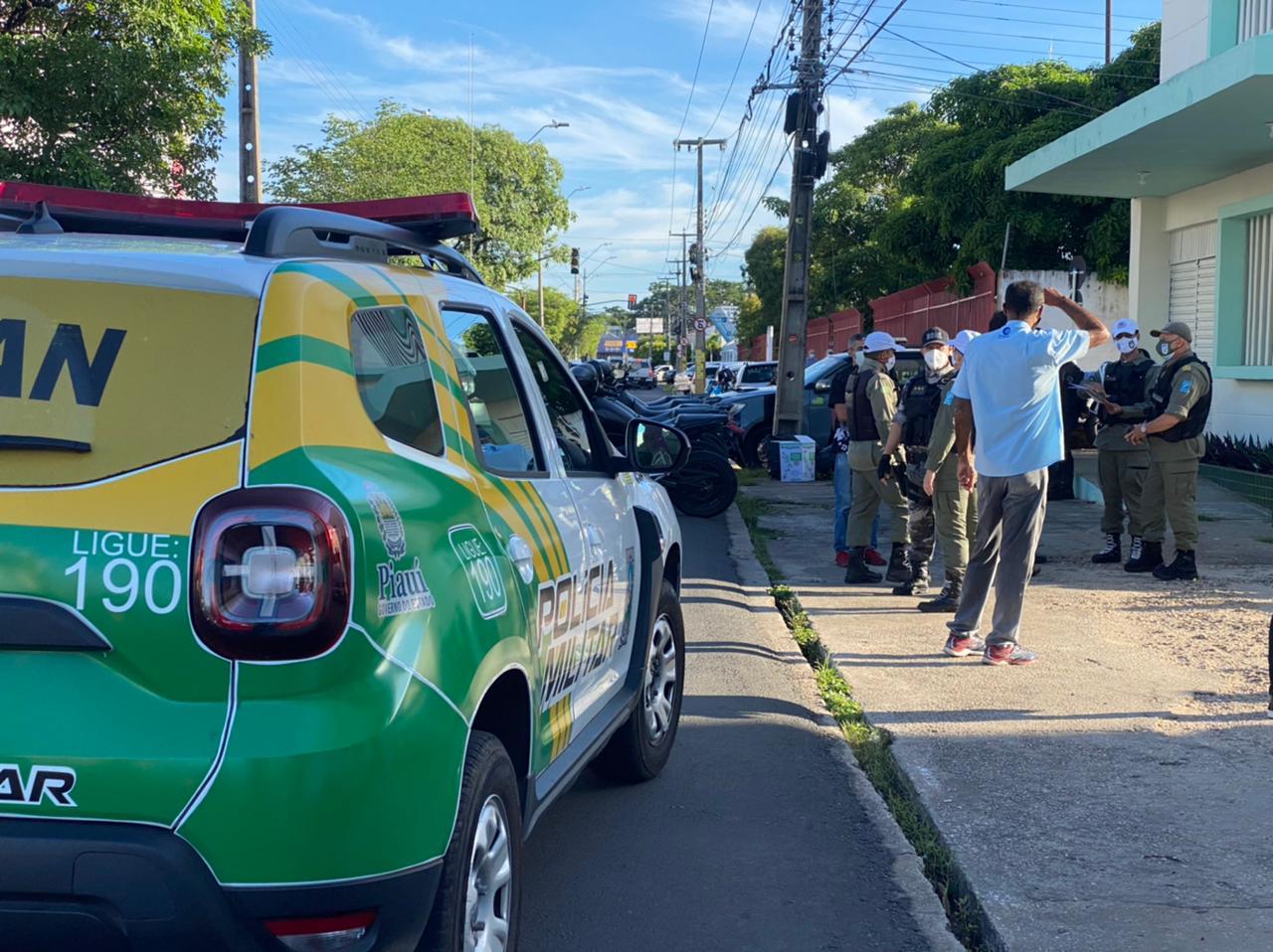 Polícia Militar realiza a fiscalização no local do velório - Foto: Raíssa Morais