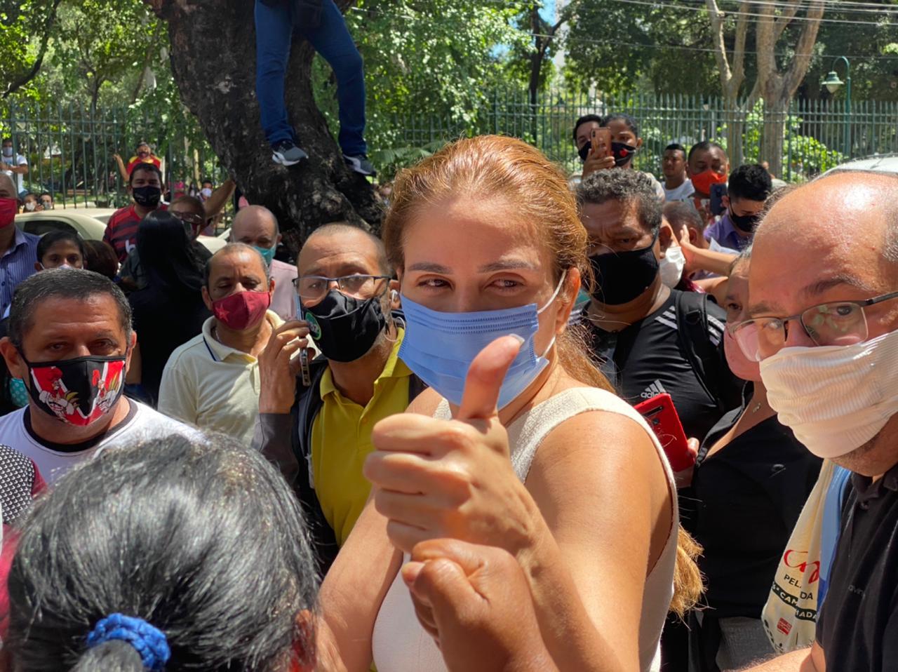 Deputada Lucy Soares e viúva de Firmino Filho falou com a imprensa bastante emocionada - Foto: Raíssa Morais