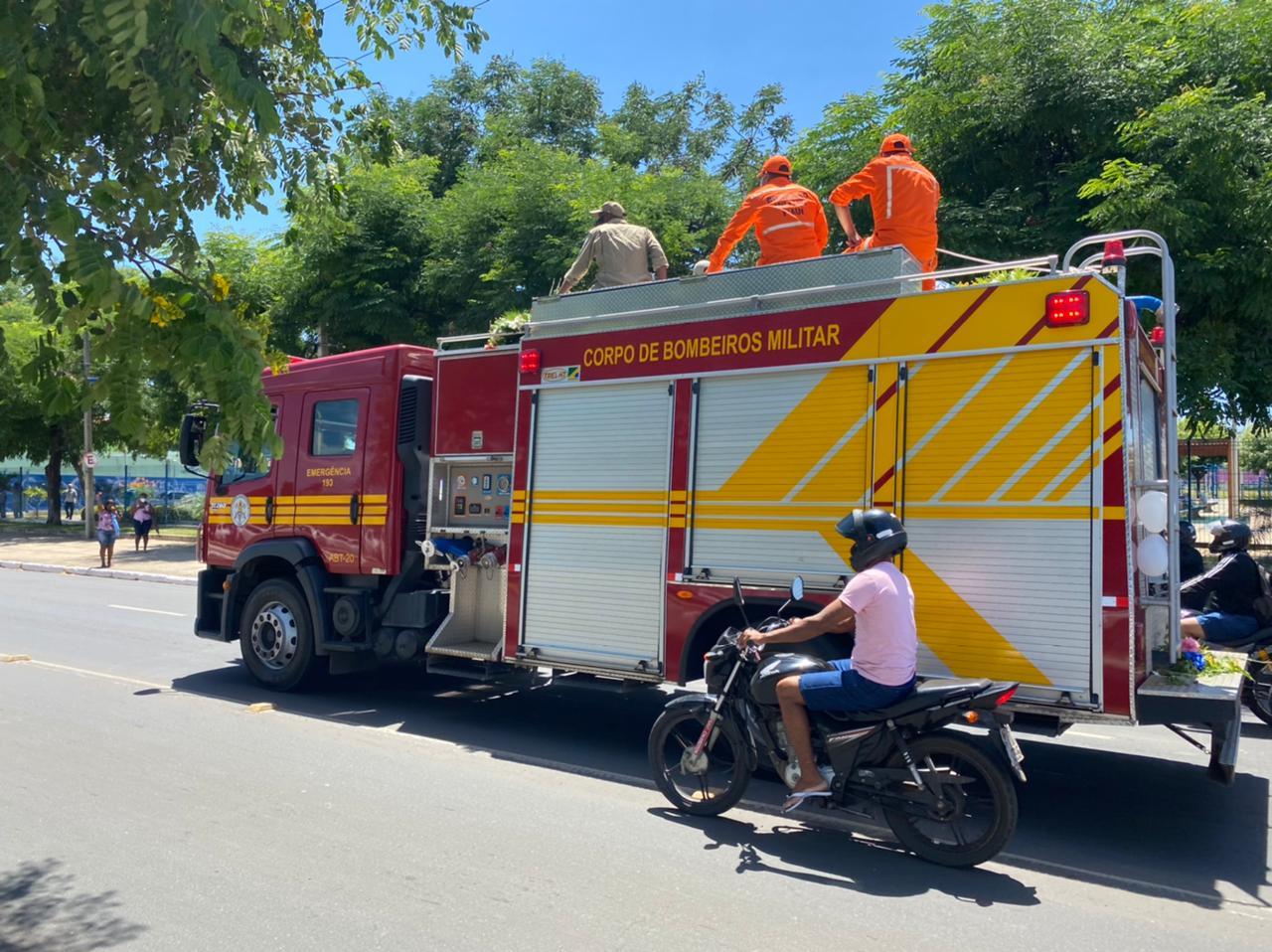 Cortejo do ex-prefeito continua pelas ruas de Teresina - Foto: Raíssa Morais