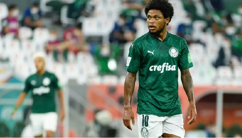 Luiz Adriano terá de pagar multa em forma de cestas básicas ao Palmeiras- Imagem: Gaston Szermann/DeFodi Images via Getty Images