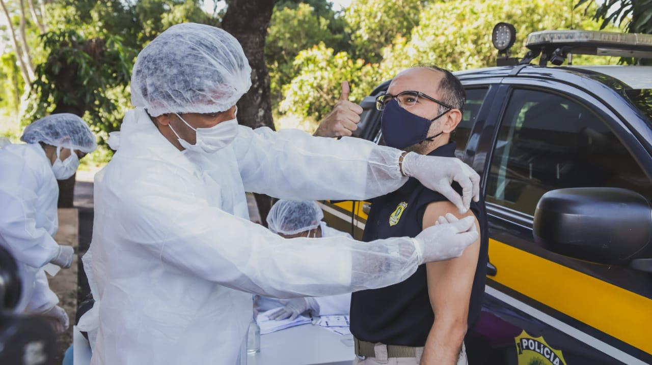 16 policiais rodoviários receberam a primeira dose da vacina contra a Covid-19