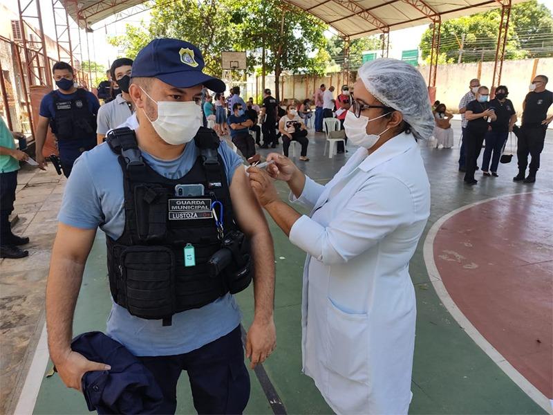 Guardas Municipais são vacinados em Teresina (Foto: Semcom)