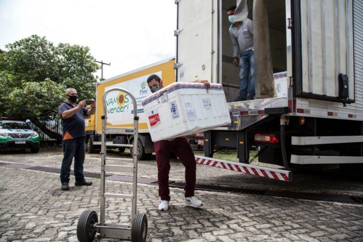 Doses da remessa anterior sendo levadas à Rede de Frios do Estado (Foto: Sesapi)