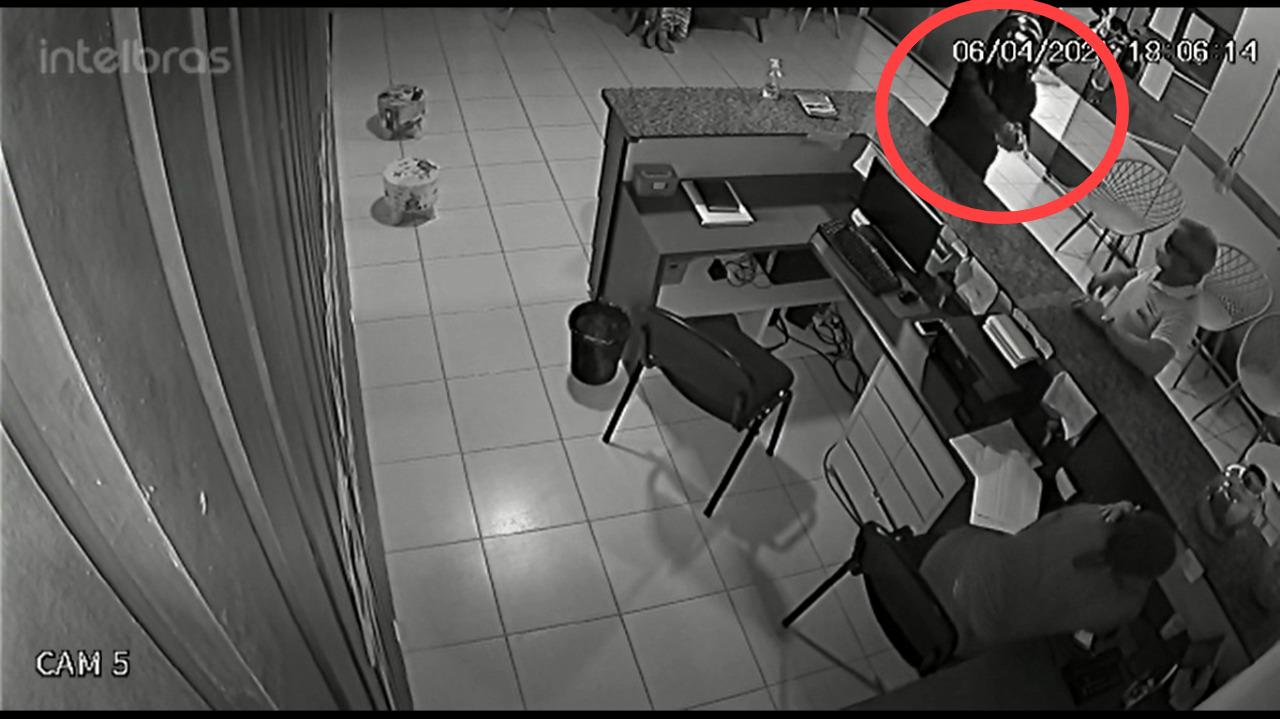 Imagens do circuito interno mostram o momento em que o acusado invade a clínica (Foto: Montagem/ Portal Meio Norte