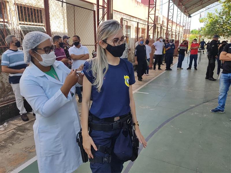 Guarda Municipal sendo vacinada em Teresina (Foto: Semcom)