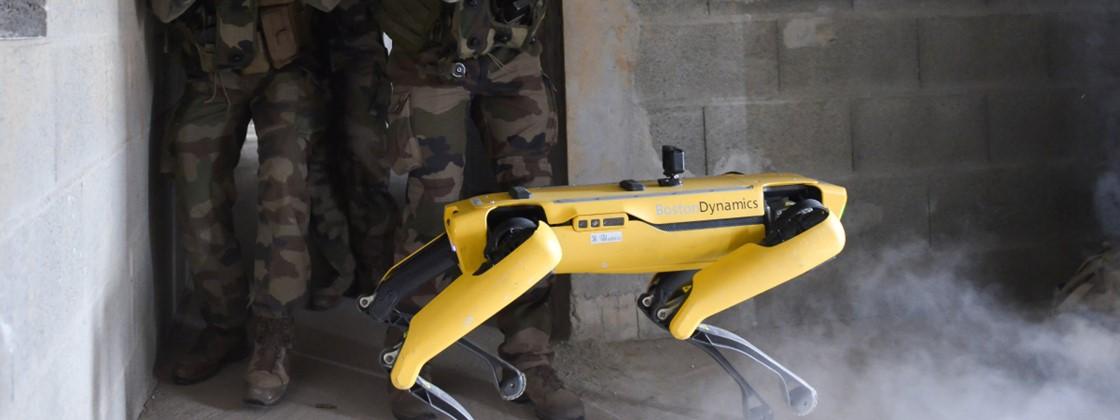 """Exército francês faz teste com """"cão-robô"""" ( École Spéciale Militaire de Saint-Cyr/Divulgação )"""