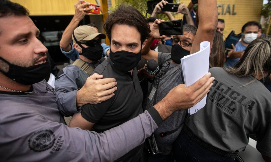 Acusados de matar o menino Henry Borel, vereador Jairinho e Monique saem escoltados de DP (Foto: Brenno Carvalho / Agência O Globo )