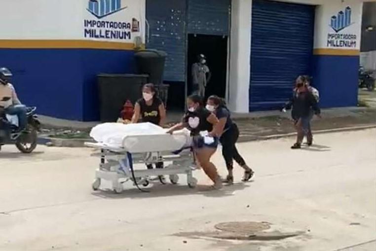 Família rouba corpo de homem que morreu de Covid-19 e sai correndo com maca por cidade
