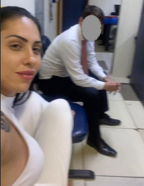 Mãe de Henry chegou a tirar selfie na Delegacia e mostrava frieza (Foto: Polícia Civil/Reprodução )