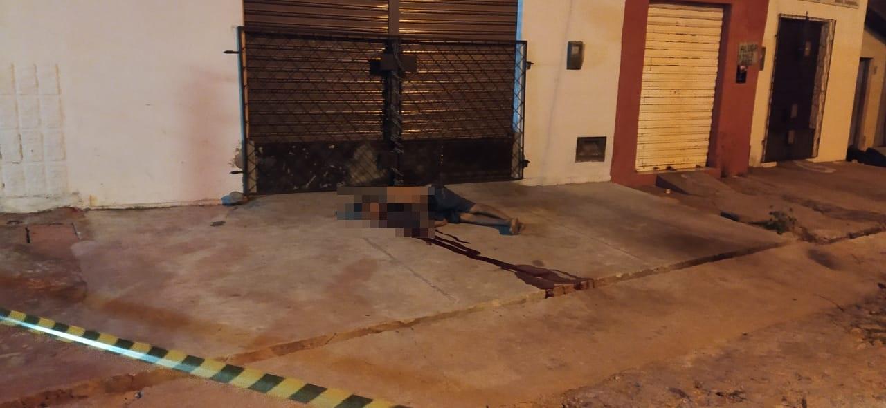 Vítima foi morta com tiros na cabeça e no tórax - Foto: Ivan Lima