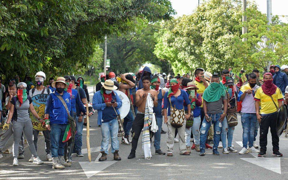 Movimento indígena durante manifestação em Cali, Colômbia — Foto: Luis Carlos Ayala / AFP Photo