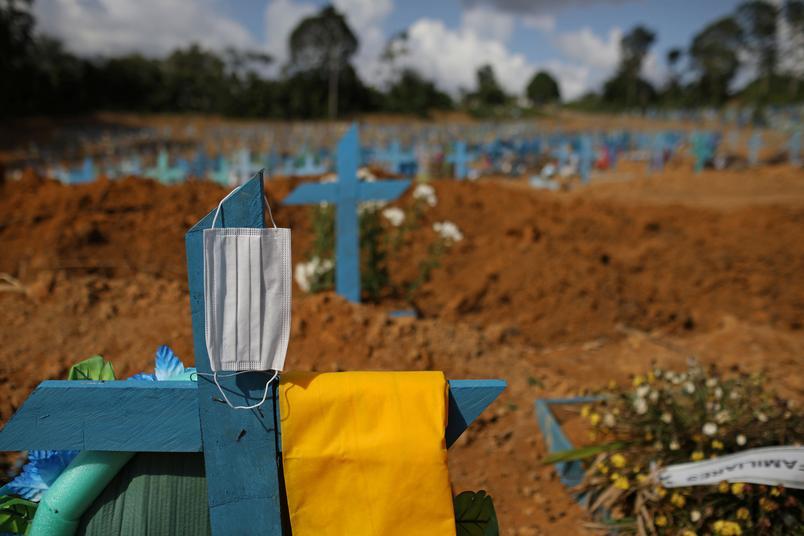 Cemitério em Manaus (AM) durante a pandemia da Covid-19 - Foto: Bruno Kelly/Reuters