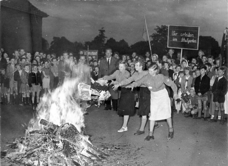 Livros sendo queimados em praça pública na Alemanha nazista (Foto: Reprodução)