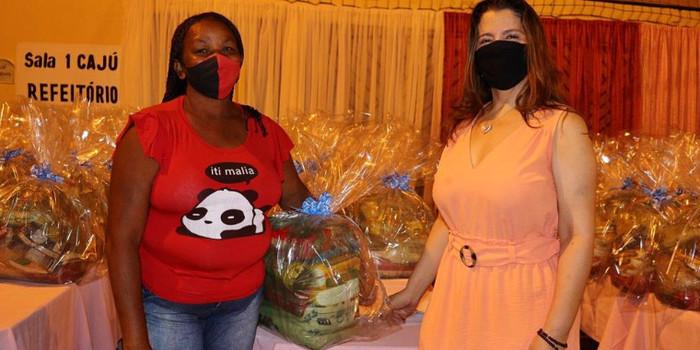 Íris Moreira realiza entrega cestas para famílias carentes