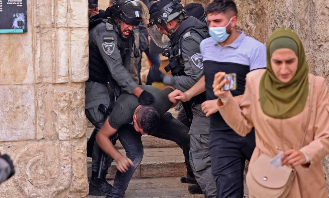 Forças de segurança israelenses detêm um manifestante palestino - Foto: EMMANUEL DUNAND / AFP