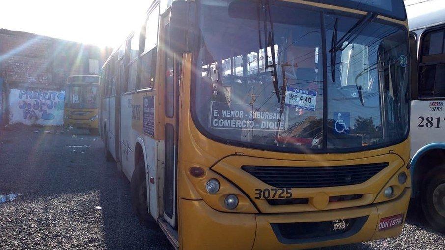 Ônibus quer foram vítimas de assaltos. (Foto: Rildo de Jesus-TV Bahia)
