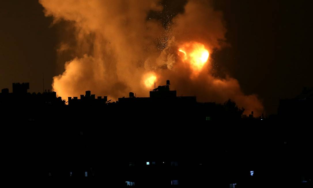 Ataque aéreo israelense contra a Faixa de Gaza na noite de segunda-feira, 10 de maio Foto: IBRAHEEM ABU MUSTAFA / REUTERS