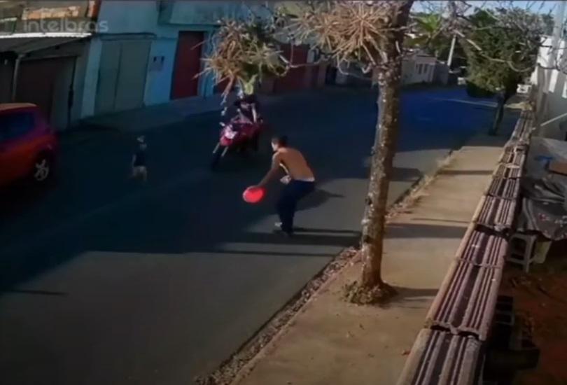 Motociclista foi surpreendido por menino atravessando a avenida - Foto: Reprodução