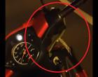 Motoqueiro fica em pânico ao ver cobra pegando carona em sua moto