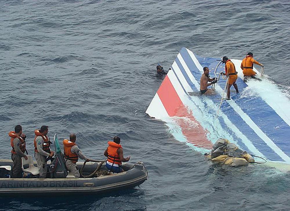 Equipe da Marinha recupera destroço do voo 447 em 8 de junho de 2009 — Foto: The New York Times