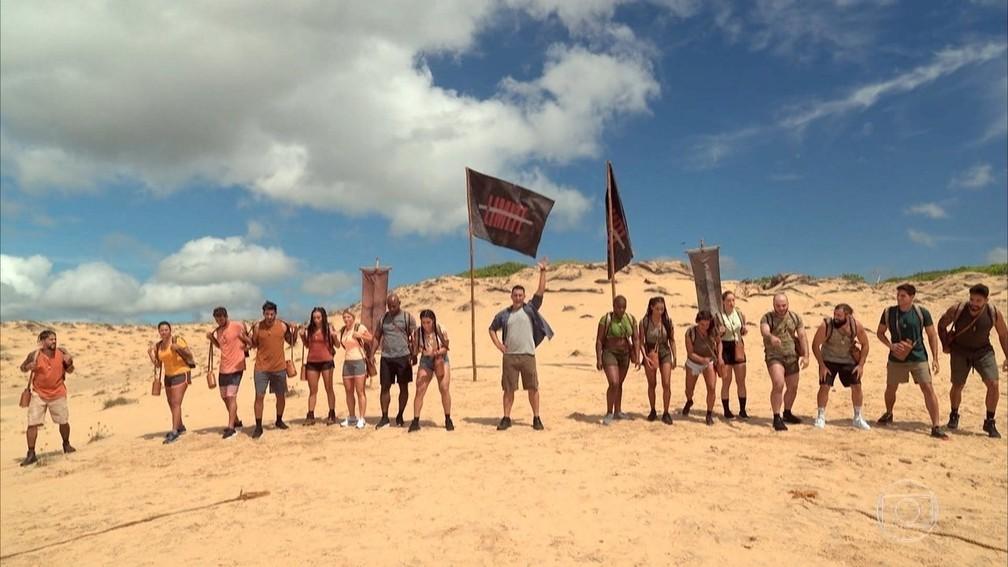 """As duas tribos do novo """"No limite"""" e o apresentador André Marques no centro — Foto: Reprodução/Globo"""