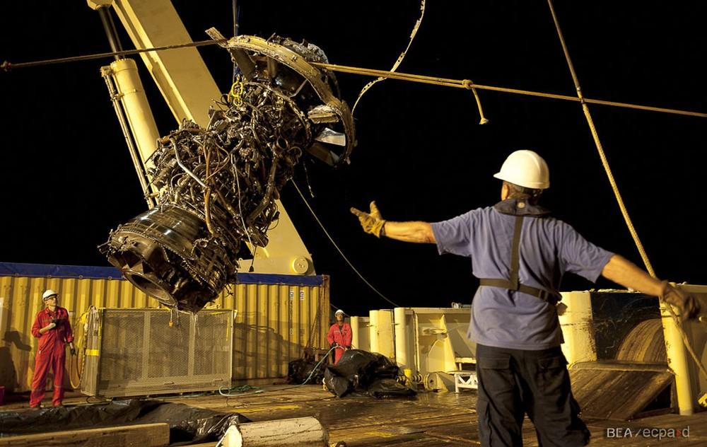 Escritório Francês de Investigação e Análises (BEA) divulga imagens de turbina do Airbus 330 encontrados no fundo do mar. O voo 447 da Air France caiu no Oceano Atlântico em 2009 e deixou 228 mortos. — Foto: BEA/AP