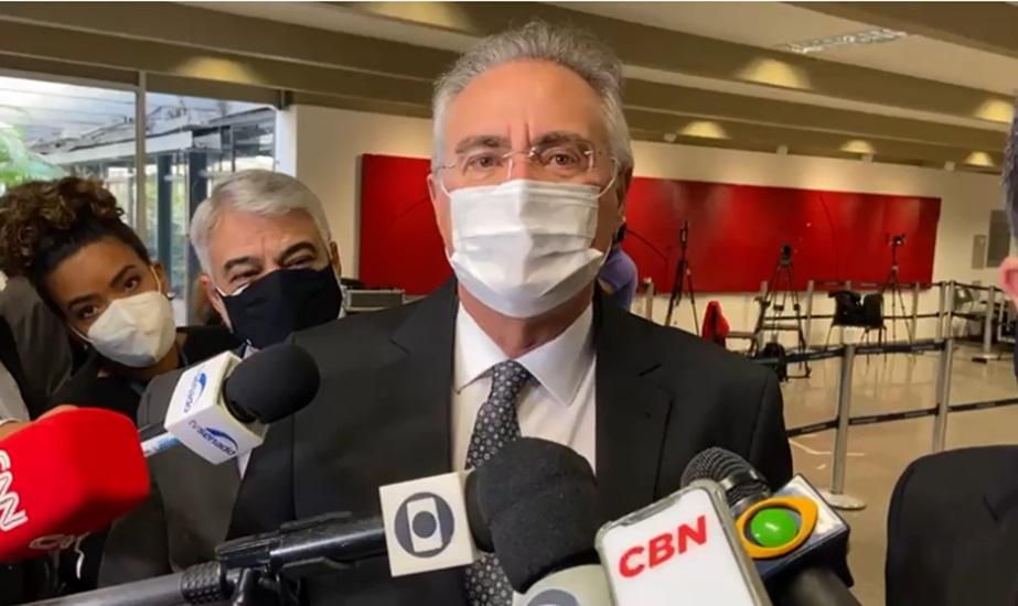 Renan Calheiros concede entrevista antes do início de nova sessão da CPI da Covid
