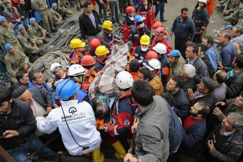 Mais de 300 mineiros morreram e 100 ficaram feridos
