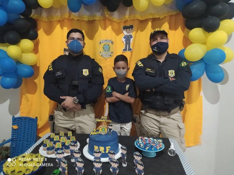 Os policiais participaram da festinha e cantaram os parabéns (Foto: Divulgação/PRF)