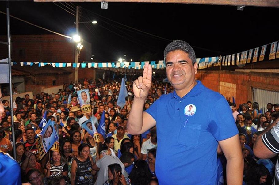 Gladson Murilo assinou o decreto de calamidade pública em Corrente (Foto: Reprodução/Facebook)