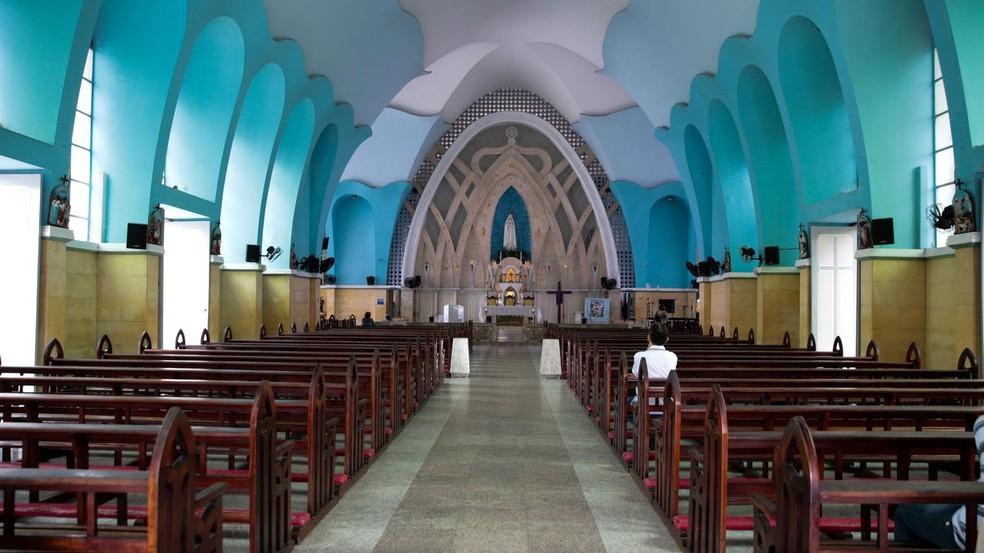O padre explica que as missas serão realizadas dentro da igreja por medida de segurança (Foto: José Leomar/SVM )