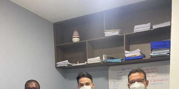 Prefeito de Cajazeiras do Piauí participa de reunião com deputado Bessah