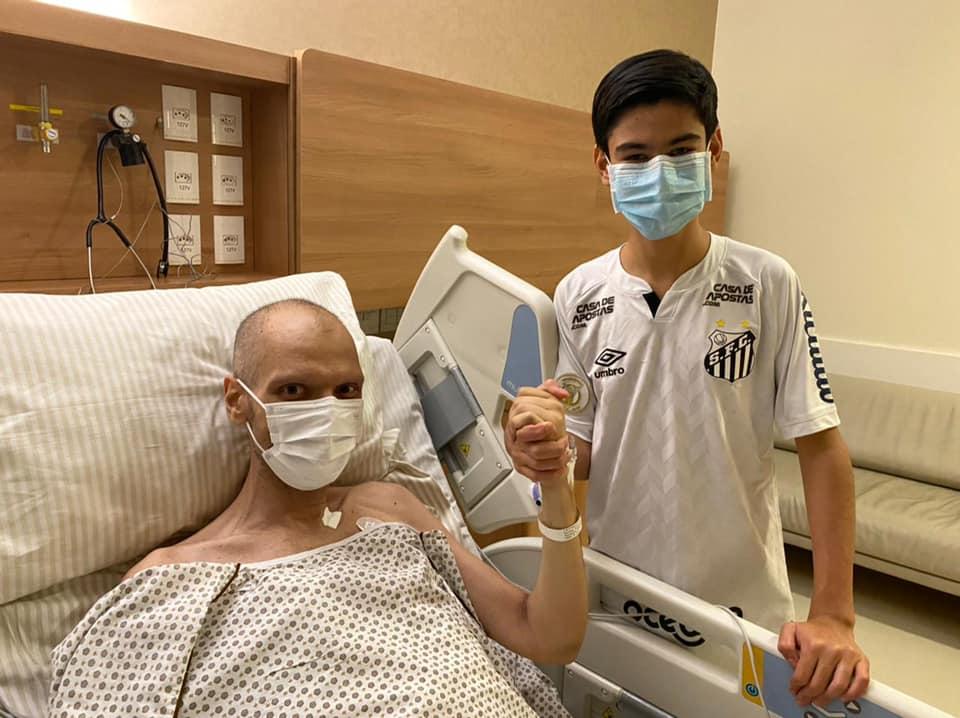 Bruno Covas em imagem com o filho após ser extubado no início de maio (Foto: Reprodução)