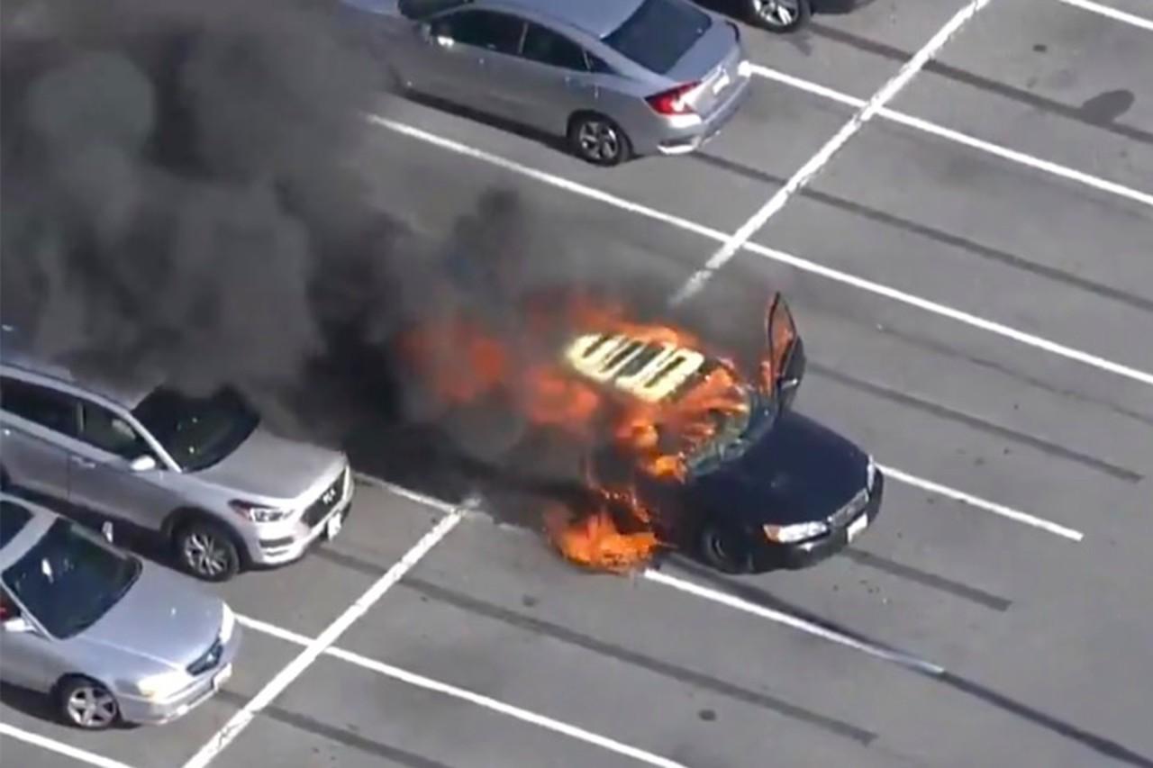 Motorista acende cigarro depois de passar álcool em gel nas mãos e carro pega fogo (Foto: Reprodução)